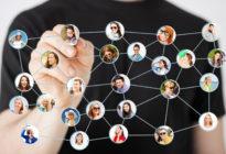 Crossmediale Kommunikation: verschiedene Leute, die miteinander vernetzt sind