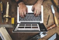 Zwei Hände arbeiten am Laptop