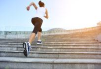 Sportlerin läuft Treppe hoch