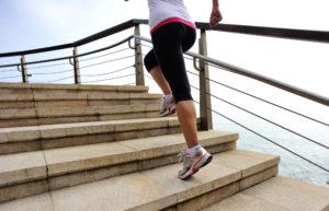 Sportlerin erklimmt Treppenstufen