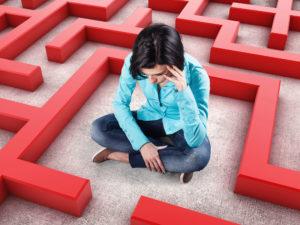 Junge Frau im Labyrinth