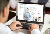 Businessmann macht Online-Shopping am Laptop