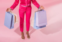 Frau ohne Kopf mit Einkaufstaschen