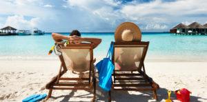 Pärchen im Liegestuhl am Strand