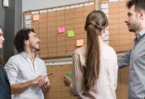 Kreative Leute im Büro beim Timeplanning