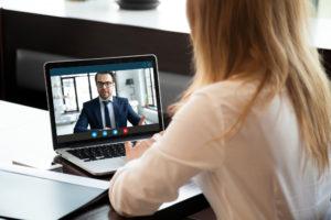 Businessfrau, die einen Online-Call mit einem Geschäftspartner tätigt