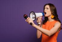 Werbung: Frau mit Mikrophone schreit in Megaphone