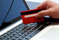 Online-Bezahlung: Hand mit Laptop und Kreditkarte
