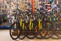 Mehrere Fahrräder im Laden