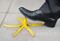 Businessmann tritt mit Schuh auf Bananenschale