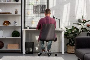 Homeoffice: Mann am Schreibtisch zu Hause