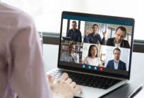 Hand an Laptop mit unterschiedlichen Fotos auf Bildschirm
