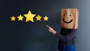 Customer Experience Konzept: Frau bedeckt ihren Kopf mit Papiertüte
