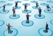 Konzept von Social Distancing: Businessmänner auf Kreisen, die weit verteilt sind
