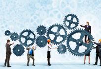 Teamwork: Mehrere Geschäftsleute arbeiten gemeinsam mit Zahnrädern