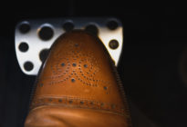 Schuhspitze drückt auf Bremse