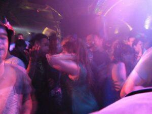 Junge Leute tanzend in einer Disco