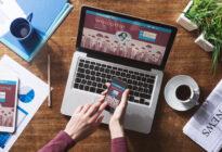 Social Network Userin mit Laptop und Smartphone