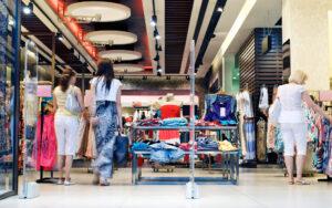 Leute im Shopping Center