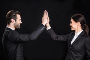 Team: Zwei Businessleute, die sich in die Hände klatschen
