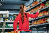 Einkäuferin am Supermarktregal