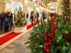 Weihnachtsbäume in Einkaufsmall