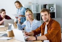 Junge Menschen im Team im Büro