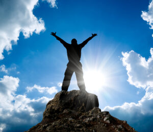 Mann auf Gipfel eines Berges