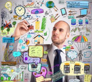 Businessmann zeichnet Plan auf Board