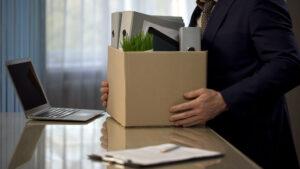 Angestellter, der seine Sachen packt und die Firma verlässt