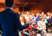 Redner vor Publikum