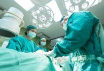 Ärzte beim chirurgischen Eingriff