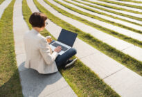 Businessfrau im Park mit Laptop, Freelancer
