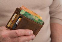 Männliche Hand mit Geldbörse