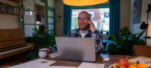Mann telefoniert aus dem Home-Office