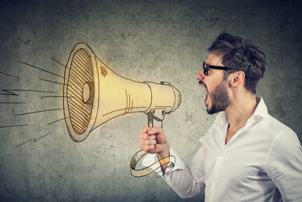 Mann mit Megaphone: Marketing-Schrei