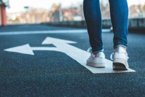 Sneakerfüße auf Pfeil: Entscheidung