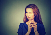 Frau mit Neid und Mißgunst im Gesicht