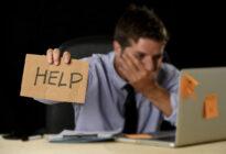 Mann braucht Hilfe am PC