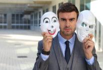Businessmann mit Masken: Verschiedene Persönlichkeiten
