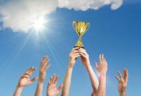 Sieger halten Pokal