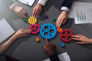 Business Team, das Zahnräder zusammen bringt