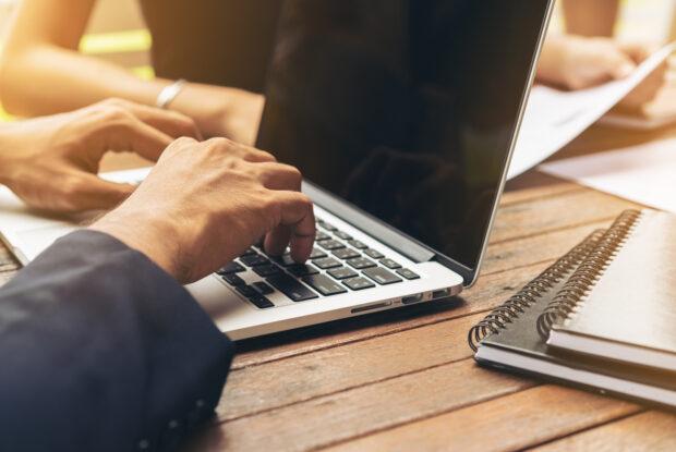 Businessmann arbeitet im Meeting am Laptop