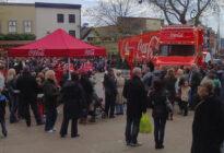 Coca-Cola Weihnachtstruck besucht Menschenmenge in PRESTON, LANCASHIRE. UK