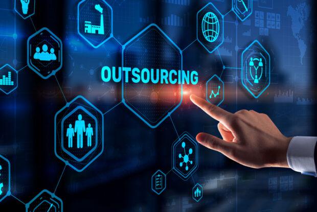 Outsourcing: Definition, Beispiele, Vorteile und FAQs