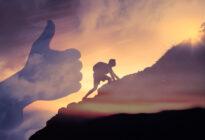 Mann steigt Berg hinauf/Symbol für Sinn und Erfolg
