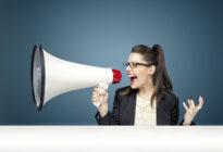 Businessfrau schreit in Megaphone, Branding