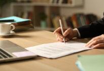Hände unterschreiben Vertrag