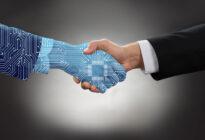 Businessmann schüttelt künstlicher Intelligenz die Hand