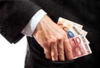 Businesshände legen Euroscheine in Hosentasche